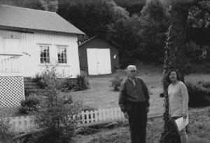 Sigvald sammen med Åse Marie Leksbø foran barndomshjemmet på Omland. Foto Sigvald Omland