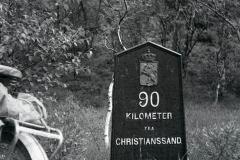 Langs den gamle hovedveien mellom Kristiansand og Stavanger (Lyngdal-Feda) sto dette skiltet igjen 13. juli 1962. Jeg har notert stedsnavnet Vatland. Ikke så langt fra Dra