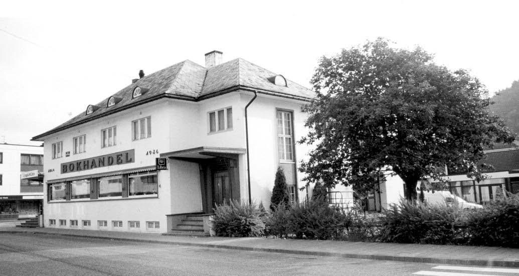 Lokaler som ble leiet av Lyngdal Sparebank til Lyngdal poståpneri i tiden 1941–1959 (inngang ved trappen mot sør).